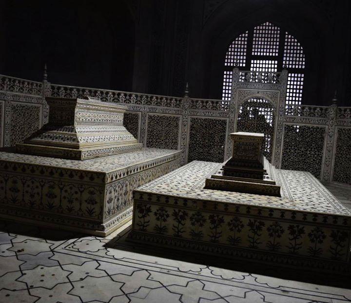 #mytajmemory Inside the Taj Mahal...Tomb of Mughal emperor #shahjahan and his wife #mumtaz #wonderoftheworlds #mumtazmahal #wonderoftheworlds #traveldairies #travelgram #shahjahan #tajmahal #mughals by instajpn #IncredibleIndia #tajmahal