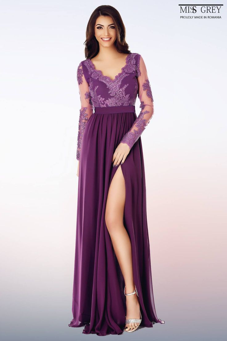 With a creative and regal design, the purple Darma dress will give you a majestic and imposing look.