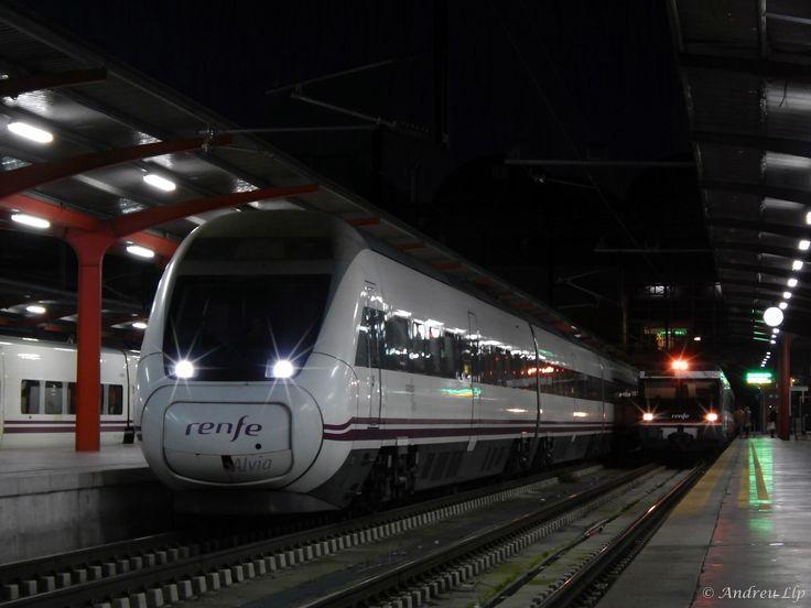 https://flic.kr/p/FTXW8M | S-120.358 y 470.122 en Madrid-Chamartín | 24.01.16 | CAST | La rama 058 de la Serie 120 de Renfe espera su hora de salida en la estación de Madrid-Chamartín para operar el primer Alvia del día entre esta localidad y Hendaye. Quinze minutos más tarde, la 470.122 que hay a su derecha saldría hacia Barcelona-Estació de França con el REX nº17050.   CAT | La branca 058 de la Sèrie 120 de Renfe espera la seva hora de sortida de l'estació de Madrid-Chamartín a fi…
