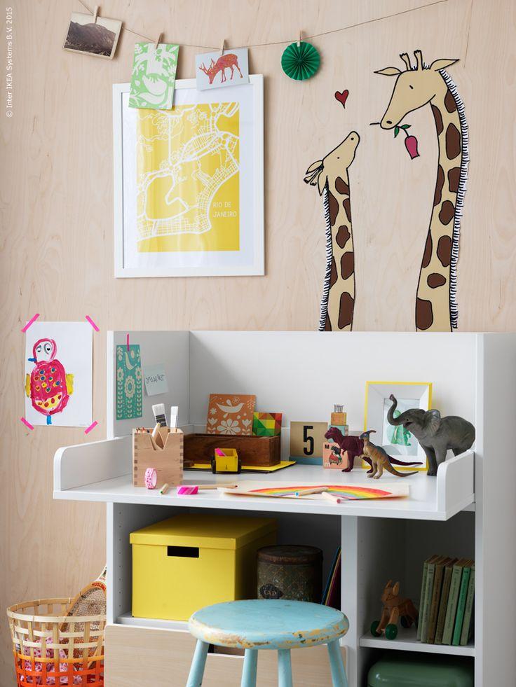 En fiffig nyhet för barnrummet är det kombinerade sköt- och skrivbordet STUVA. När barnet växer är det bara att sänka den översta delen så blir bordet en självklar plats för lek, pyssel och förvaring.