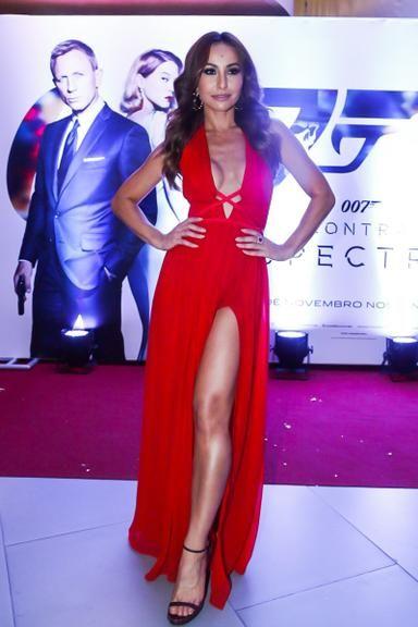 Sabrina Sato brilha com vestido vermelho decotado na pré-estreia de '007'