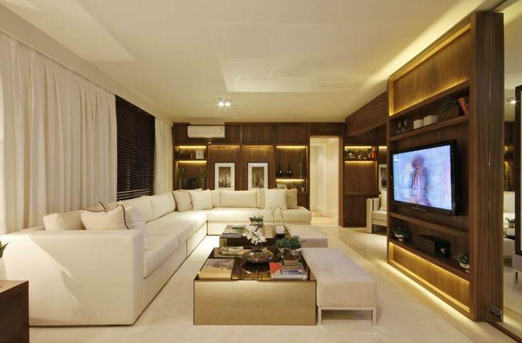 A sala de estar possui um sof em l bem confort vel a for Sala grande