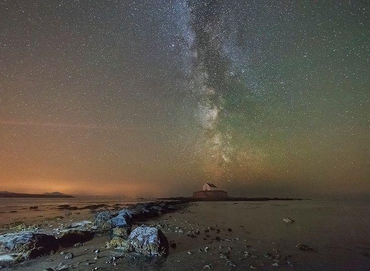 Foto BBC Springwatch: sterrenhemel boven oceaan in Noord-Wales (Kris Williams)