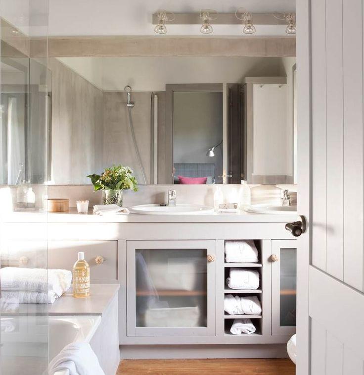 Baño con mueble bajolavabo de madera gris, baldas abiertas y armarios con puertas acristaladas (00412899)