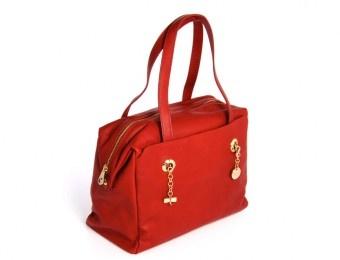 Ampia borsa in color rosso corallo con manici a spalla e decorazioni a catenella dorata.Disponibile in due modelli.