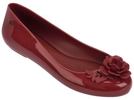 Uma linda sapatilha de acabamento envernizado com o toque de mestre do…