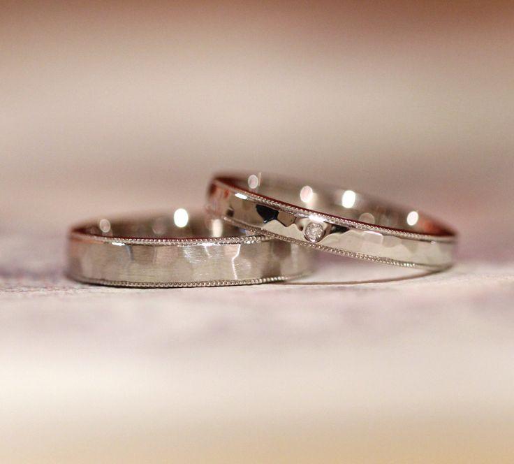 槌目とミルグレインの結婚指輪 男性は表面をつや消しヘアライン仕上げ。 女性は光沢仕上げで、センターにダイヤモンド1ピース入れました。 [結婚指輪,マリッジリング,marriage,wedding,ring,Pt900,bridal]