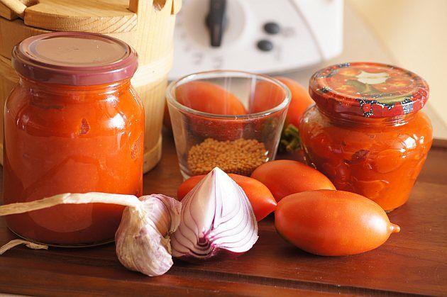 Ketchup : Składniki: 1000 g pomidorów,pokrojonych 180 g czerwonej papryki, pokrojonej 130 g czerwonej cebuli, przekrojonej na połówki 2 ząbki czosnku 100 octu z czer. Przepis na Ketchup