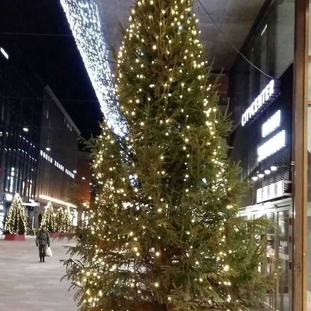 JOULU AIKA 2016. TUNNELMIA, VALOJA...KAUPUNGILLA, HELSINKI.  INFO BLOGISSA...Pysähdy HETKI...KATSELE Ympärillw... Ihanan näköistä, valot, näyteikkunat ja JOULU JUTUT. Tykkään&NAUTIN. Sinä? HYMY @visithelsinki #joulu #helsinki #kaupungilla #valot #tunnelma #blogi #tyyli 🎄🔔🎅❤💋👌⌚👀🎵😉☺