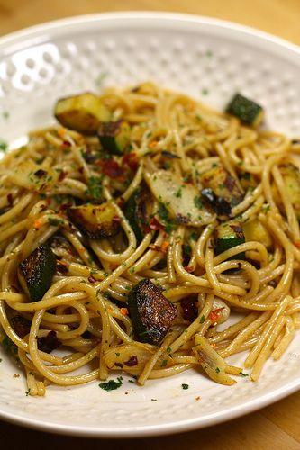 Spaghettis ail, piment & courgette rapide a préparer