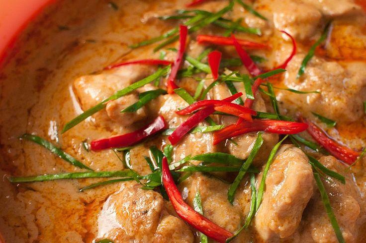 Dit recept komt van: Juul Vndr Stn. Ingrediënten 1 kilo kipfilet klein pakje kokosmelk 1/2 pot pindakaas 3 el ketjap scheutje citroensap scheutje azijn (ik heb balsamicoazijn gebruikt) scheutje chilisaus 250 gr champignons 200 gr taugé 4 lente uitjes 4 el honing 1 lombok peper en zout Voorbereiding: Maak een marinade voor de kip, met... keep reading →