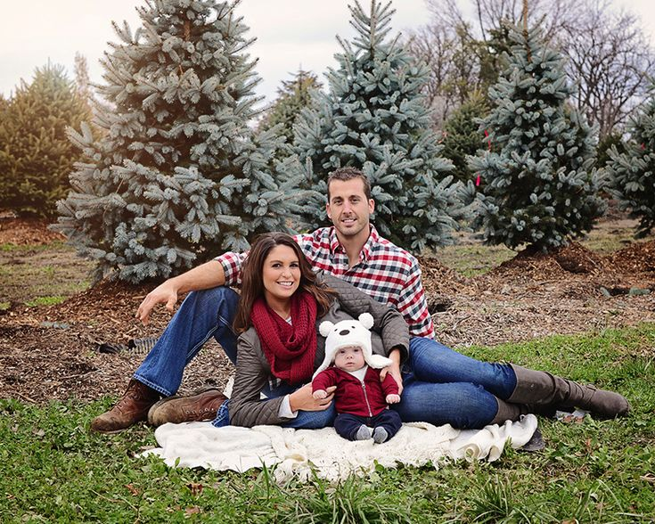 family portraits, family pictures, Holiday family pictures, Fort Wayne Photographer, Columbia City Photographer, outdoor family pictures, Christmas family photos