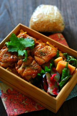 「#002 鶏もも肉のくわ焼き弁当」 玄米ご飯 鶏もも肉のくわ焼き 錦糸卵 大根の辛子醤油和え 分葱のナムル 茄子の梅和え 焼きしし唐