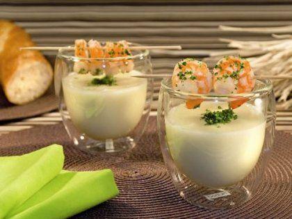 Spargelcremesuppe mit Garnelen  Zutaten für 4 Portionen: 1 EL Margarine 1 EL Mehl 1 EL Instant Klare Fleischsuppe (alternativ: klare Suppe mit Suppengrün) 1 Packung(en) Spargelcremesuppe 1 Glas Stangen-Spargel (530 g) 200 ml Süsse Sahne 2 Prise(n) Salz 2 Prise(n) Pfeffer 1 Prise(n) Muskatnuss, gemahlen 0,5 Bund Petersilie 200 g Riesengarnelenschwänze ohne Schale 10 g Kokosfett 4 Stk. halbierte Holz-Schaschlikspieße