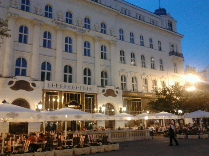 Vertreten sind vor allem internationale Mode- und Beautymarken, Folklore, ungarisches Porzellan und Souvenirgeschäfte. Der südliche Teil (Szabad sajtó út bis Fővám tér) ist ruhiger, dort finden sich kleinere Läden mit ungarischen Produkten.