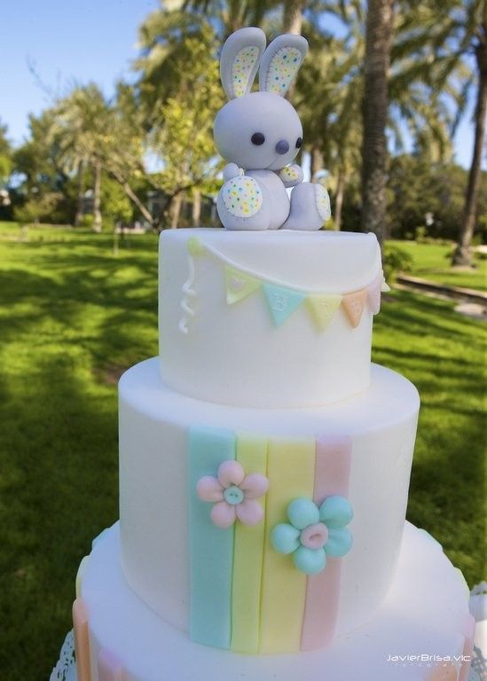 Tarta de colores pálidos para bautizo con topper de conejito. #bautizo #tarta #dulcedorotea