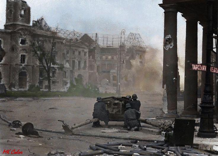 Powstanie Warszawskie, Niemcy ostrzeliwują budynek ratusza przy placu Teatralnym. 1944