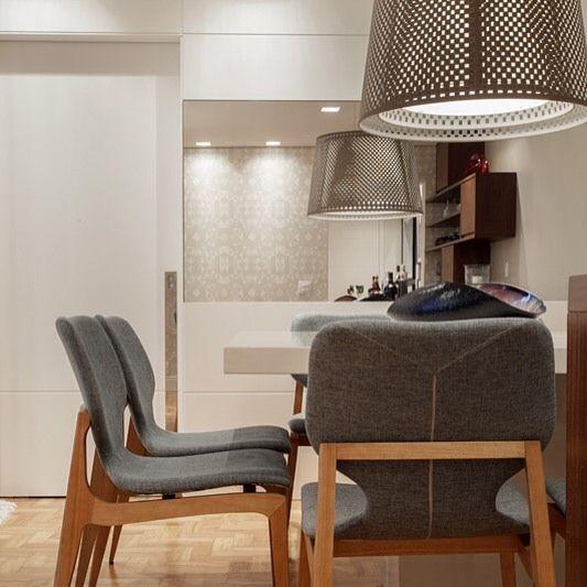 Bom dia! Novo projeto quentinho saindo do forno para alegrar o dia! Foto: @vilhora , mesa e cadeiras de jantar da @espacoeforma , papel de parede @alamandahome  #projetosartori #aconchego  #jantar #design #decor #espelho #lustre  #painel #clean #bertolucci com @simonekarpinskas