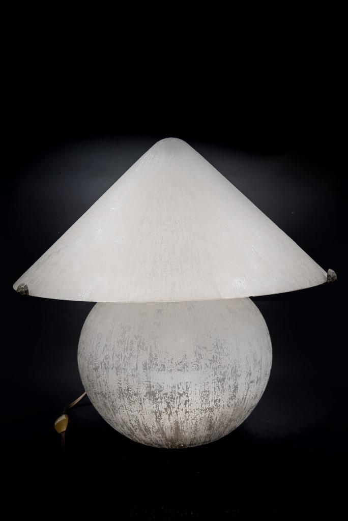 DAUM NANCY France Lampe boule en verre blanc à surface givrée à l'acide et cache ampoule conique, monture d'origine en fer forgé Signée « Daum Nancy France » sur les...