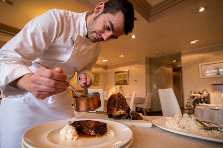 Nuestro chef ejecutivo, Héctor López, preparando el jarrete de ternera, jugo de trufa y arroz cremoso de queso O Cebreiro.. ¿A qué tiene buena pinta? #Koama #Jarrete #Ternera #receta #recipe #cocina #chef
