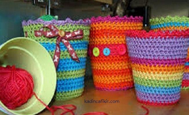 """çizgili saksı kılıfları modelleri rengarenk iplerle ve düğmelerle şekildeki gibi süslenebilirler. """"planter covers with buttons"""""""