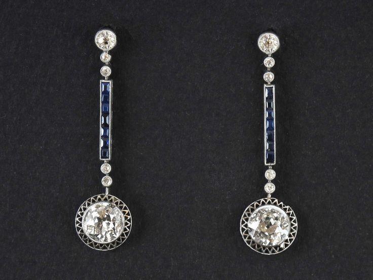 Paio di magnifici orecchini Art Deco in platino con diamanti per kt 1.25 circa cad e zaffiri calibrati. 1925 circa...