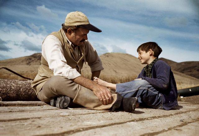 ロバート・キャパ (Robert Capa) > アーネスト・ヘミングウェイと息子のグレゴリー (アイダホ, 1941)