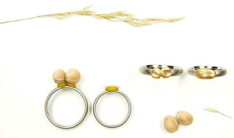 """RINGS FROM THE """"DRÜCKDICH"""" PROJECT. CHERRY PITS AND GRASS IMPRINTED IN WAX AND CAST IN 750 GOLD - KAY EPPI NOELKE-DE"""