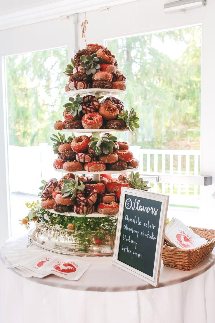 Ein Donut Berg anstelle der traditionellen Hochzeitstorte erspart nicht nur Kosten, sondern so ist garantiert für jeden Geschmack etwas dabei.