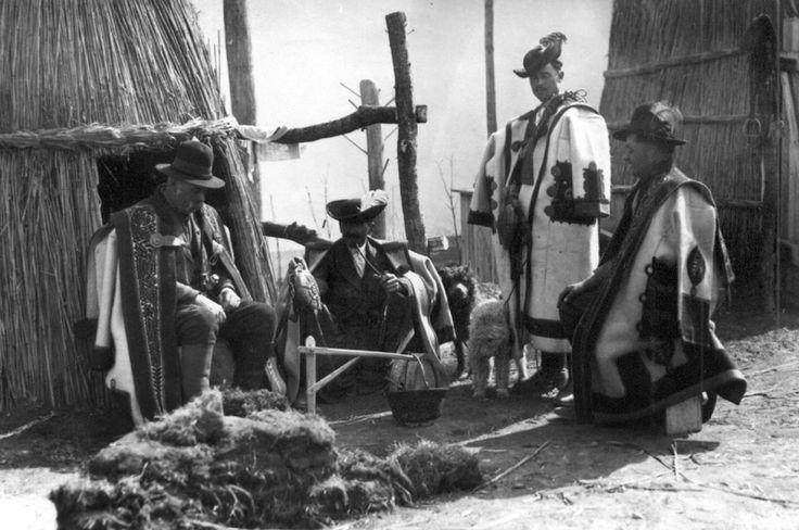Pásztorok szűrben. 1930-as évek.