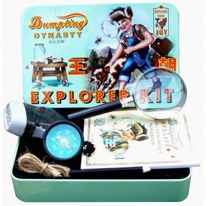 kleine jungs ganz groß! dieses explorer kit macht jeden jungen oder auch papa zum größten entdecker!!!die boxenthält eine lupe, eine mit einem dynamo betriebene taschenlampe, einen kleinen metall kompass, eine schnur,ein kleines notizheft und einen bleistift. die entdeckungsreise kann losgehen!