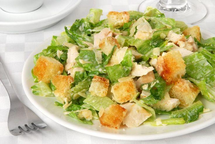 La ensalada César es muy sencilla y versátil, aparte de deliciosa. Hay muchas variantes. He aquí la receta original para que le brindes tu toque personal