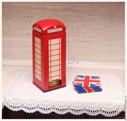 Купить или заказать Чайный домик 'Лондон' c подставками в интернет-магазине на Ярмарке Мастеров. Если Вы цените оригинальность и эксклюзивность или выбираете подарок для человека, который любит Лондон и все что с ним связано, этот комплект именно то, что Вы искали! Он включает в себя домик для чайных пакетиков и подставочки для чашек стилизованные под британский флаг. Этот набор послужит красивым и практичным аксессуаром для кухни и привнесет в нее изящный акцент на культуру Лондона.…