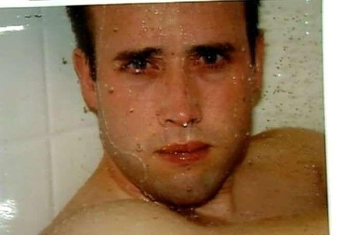 Travis Alexander. - Esta es la última fotografía de Travis Alexander, la cual fue tomada por su novia momentos antes de asesinarlo. Fue apuñalado de 27 a 29 veces, además de sufrir una grave cortadura en la garganta.