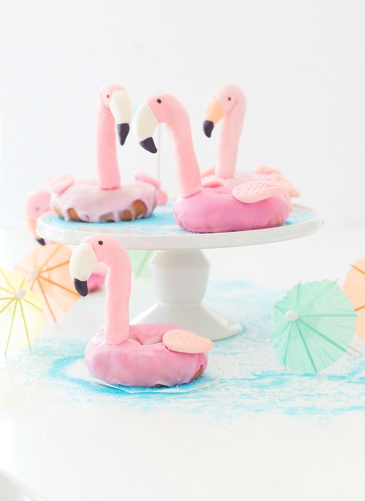 Pretty donut flamingos that are perfect for your summer pool party! Project from craftberrybush.com