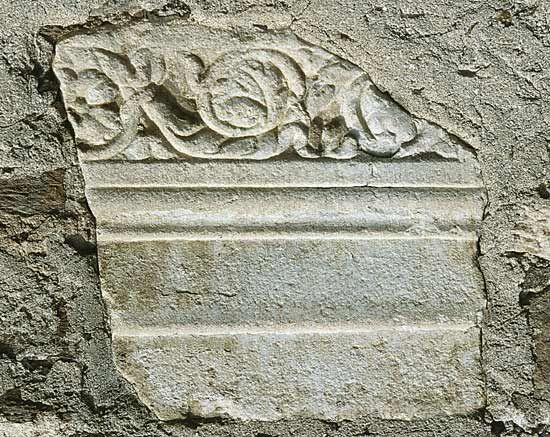 Fregio-architrave con fregio ad anthemion, probabilmente da una tomba ad edicola, in marmo; reimpiegato sul lato sud della chiesa del monastero di Ossiach a Villach, in Carinzia, Austria (antica stazione di cambio di Santicum, nel Norico - Foto di Ortolf Harl (2002) CC by-sa 3.0 sul sito UBI ERAT LUPA - Römische Steindenkmäler