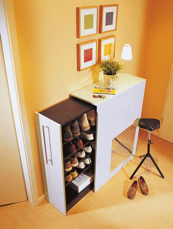 Si può anche adattare uno scaffale già pronto, per costruire una scarpiera fai da te. Ideale per un corridoio stretto in cui non manchi spazio ai lati.