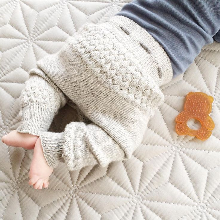 «• De blev liiiidt store, men med ribkanter og snor i livet, går det lige • #jegerfan #strik #knit #knitting #instaknit #knitforkids #hjemmestrik…»