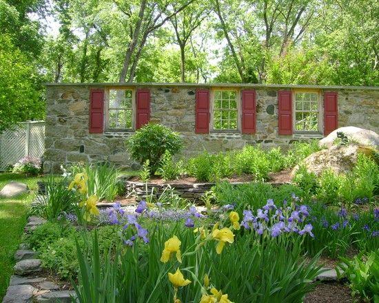 Geschichtete Natursteinblöcke-Gartenmauer mit Sicht-fensteröffnungen - Wohnideen- Magazin für Innenarchitektur, Architektur, Dekoration