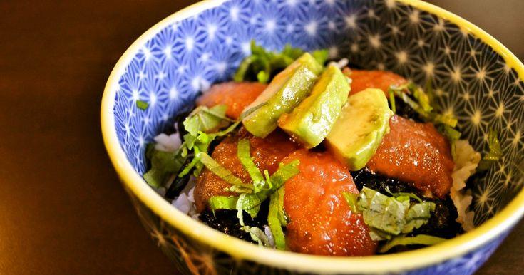 どこから見ても まぐろとアボカド丼?実はトマトのヅケ丼なんです。アボカドの大葉にんにくしょうゆ漬けと一緒に酢飯でどんぶり