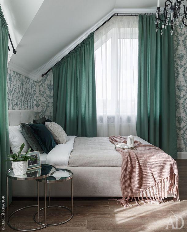 Настроение в гостевой спальне задают шторы, подобранные в тон узора на обоях.
