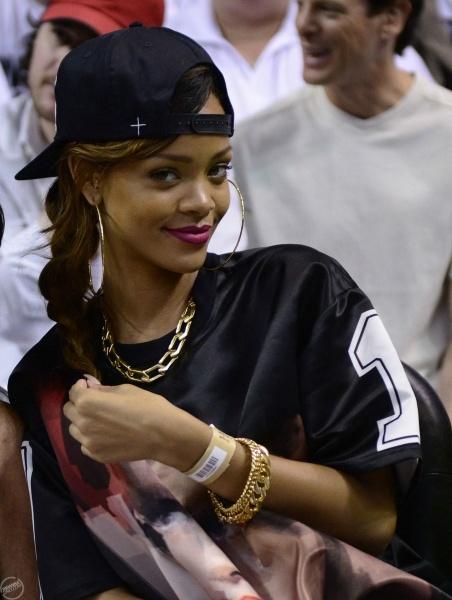 Rihanna at a basketball game (21.04.)