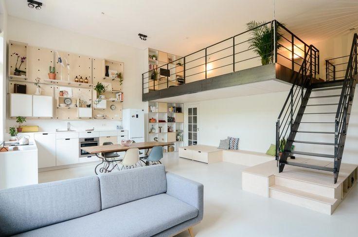 【緩くつながる頭上空間】中二階付きの明るく開放的なリビング・ダイニング・キッチン