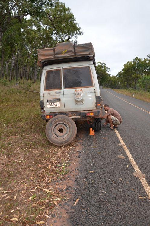 Changement de pneu sur le bord de la route