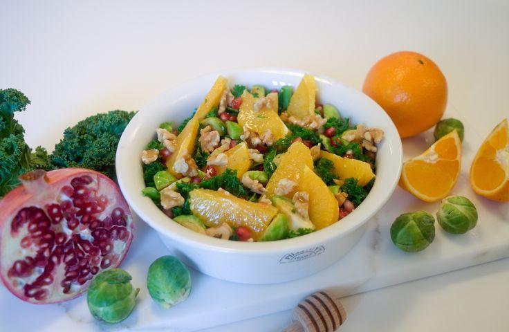 Vinterens frukt og grønt passer perfekt som ingredienser i en frisk og deilig salat! Denne salaten er laget med grønnkål, appelsin, granateplefrø og rosenkål, men en deilig honning- og sennepsdress...