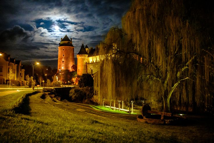 https://flic.kr/p/s3JMo6 | chateaugiron by night