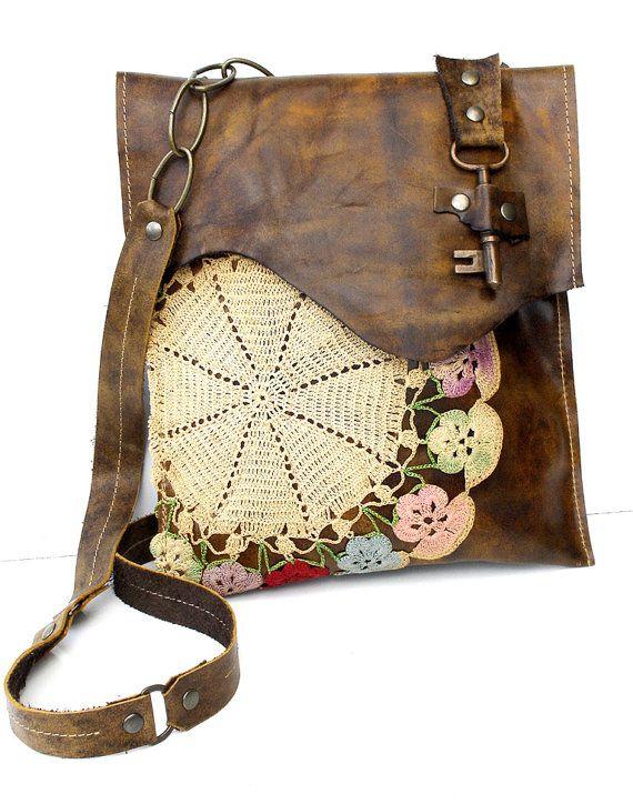 Bolso de cuero envejecido con decoracion de ganchillo y cierre a modo de llave