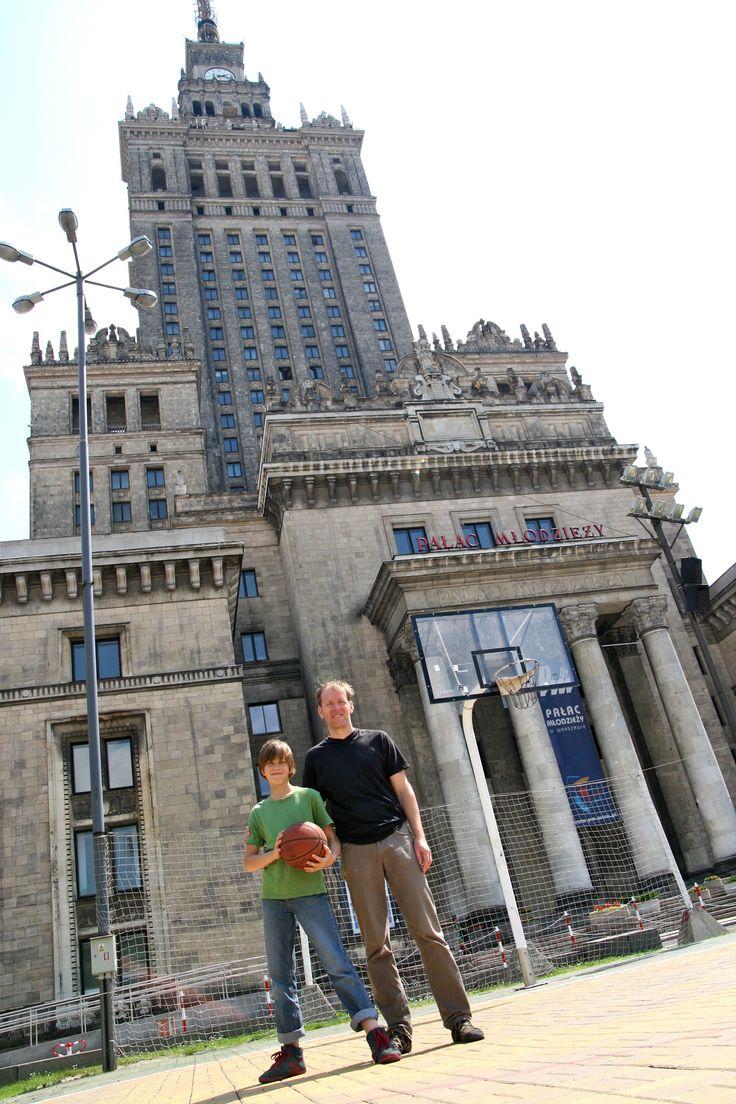 Basketballkorb vor dem Kulturpalast in Warschau