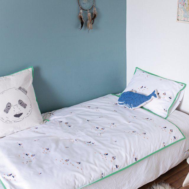 Une jolie parure pour la chambre d'enfant. Les parures de lit, indissociables de la chambre d'enfant, s'agrémentent de petits voiliers, d'un joli liseré coloré et de petits accessoires marins et ludiques, comme cette baleine bleue.