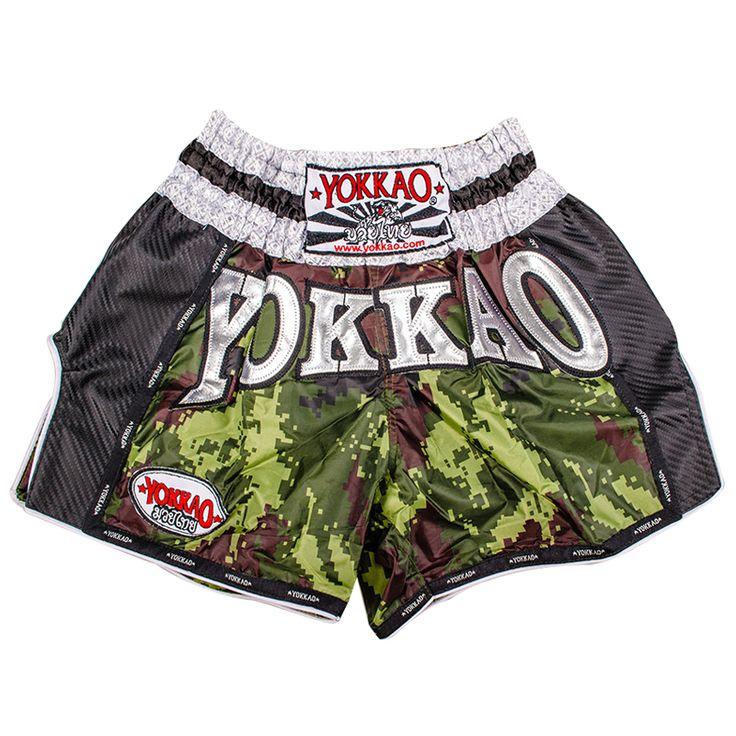 """<span class=""""goog-text-highlight"""">Pantaloncini Yokkao verde Arny di carbonio sono progettati per Yokkao Boxing.</span>  Il modello è più corto del solito e il profondo taglio sui lati delle gambe sono studiati per facilitare calci e ginocchiate."""